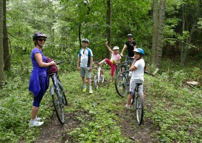rodzina-wakacje-rowery-las-mazury
