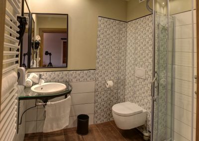 apartament-delji-hotel-mazury-folwark-łazienka