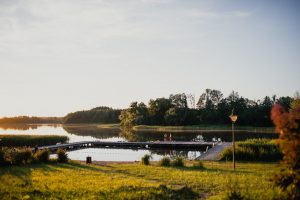 Plaża i pomost nad jeziorem Łękuk