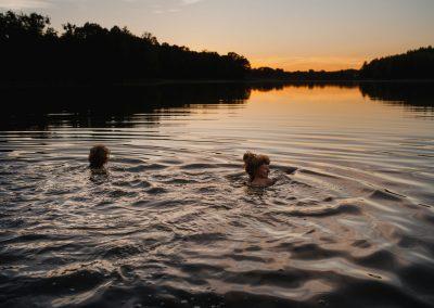Plaża - pływanie przy zachodzie słońca