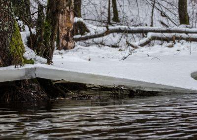 Rzeka łaźna struga zimą