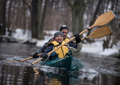 Zimowy spływ kajakowy - jeden kajak